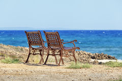 Dos sillas están en la playa chipre Imagen de archivo