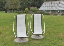 Dos sillas inmóviles para la reconstrucción al aire libre Imagenes de archivo