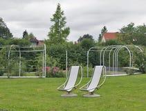 Dos sillas inmóviles para la reconstrucción al aire libre Imágenes de archivo libres de regalías