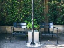 Dos sillas negras en zona de fumadores foto de archivo