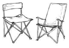 Dos sillas plegables en un aislamiento blanco del fondo Ejemplo del vector en un estilo del bosquejo Imagen de archivo libre de regalías