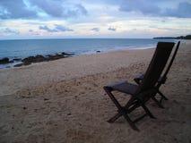 Dos sillas que hacen frente a la playa en Desaru, Malasia Imagen de archivo libre de regalías