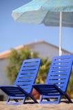 Dos sillas vacías se colocan bajo el parasol de playa Fotos de archivo libres de regalías