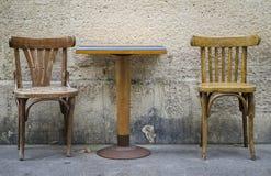 Dos sillas y una tabla Imagen de archivo