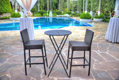 Dos sillas y una tabla en una recepción Imagen de archivo libre de regalías