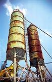Dos silos sobre el cielo azul Fotos de archivo libres de regalías