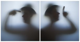 Dos siluetas de un hombre imagenes de archivo