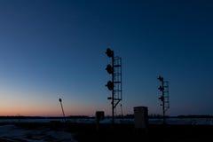 Dos siluetas ferroviarias de la señal en la puesta del sol fotos de archivo