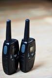 Dos sistemas de radio portátil profesionales negros con los mapas Imagenes de archivo