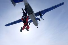 Dos skydivers acaban de saltar de un avión fotografía de archivo