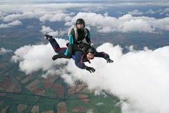 Dos skydivers en caída libre imagen de archivo libre de regalías