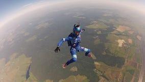 Dos skydivers profesionales saltan a partir de caída del aeroplano en cielo velocidad Lleve a cabo la balanza metrajes