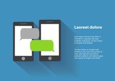 Dos smartphones negros con las burbujas en blanco del discurso encendido Imagenes de archivo
