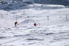 Dos snowboarders cuesta abajo en rastro del freeride Imagen de archivo