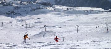 Dos snowboarders cuesta abajo en rastro del freeride Imagenes de archivo