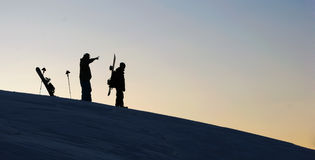 Dos snowboarders en puesta del sol Fotografía de archivo
