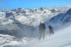 Dos snowboarders en una cuesta escarpada. Foto de archivo libre de regalías