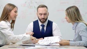 Dos socios contrariedades jovenes de la empresaria que discuten sobre error en el documento almacen de metraje de vídeo