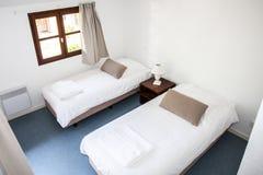 Dos solas camas en una cabaña acogedora Foto de archivo libre de regalías