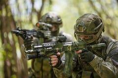 Dos soldados en inteligencia militar Imagenes de archivo