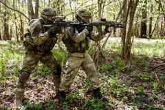 Dos soldados en inteligencia militar Fotos de archivo