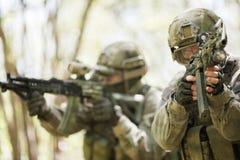 Dos soldados en la misión militar Imagen de archivo