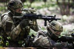 Dos soldados en la operación militar Fotos de archivo