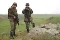 Dos soldados en la roca Fotos de archivo libres de regalías