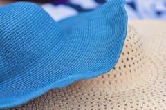 Dos sombreros de paja del verano en el Alikanas varan, isla de Zakynthos, Grecia Concepto del fondo de las vacaciones de verano imagenes de archivo