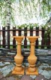 Dos soportes de flor de la terracota en el jardín, objetos decorativos Fotografía de archivo libre de regalías