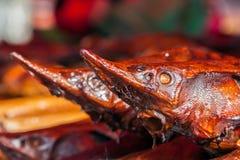 Dos sterlets ahumados en el mercado de pescados Imagenes de archivo