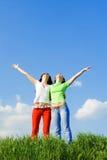 Dos sueños felices de las mujeres jovenes a volar Fotos de archivo