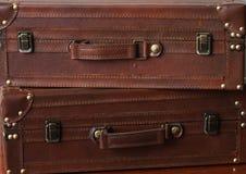 Dos Suitecases de cuero apilaron uno en el top de otro Imagenes de archivo