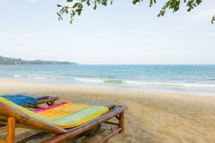 Dos sunbeds con las toallas coloridas hacia el mar azul fotografía de archivo