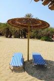 Dos sunbeds en la playa arenosa Imagen de archivo libre de regalías