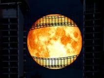dos superbe de lune de sang bleu entre le pont moyen en métal Photo stock