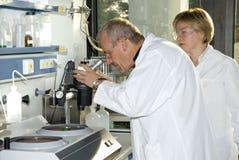 Dos técnicos de la ciencia Foto de archivo libre de regalías