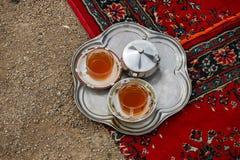 Dos tés iraníes tradicionales con el azúcar foto de archivo libre de regalías