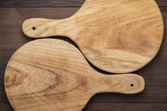 Dos tablas de cortar el pan hechas a mano en la tabla Fotografía de archivo libre de regalías