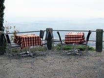 Dos tablas en el restaurante en la montaña fotografía de archivo