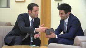 Dos tableta de los doctores Discussing Patient Notes On Digitaces almacen de metraje de vídeo