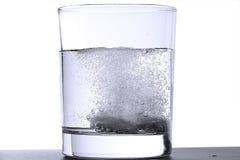 Dos tablillas efervescentes en vidrio foto de archivo
