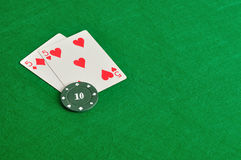 Dos tarjetas con una ficha de póker Fotos de archivo