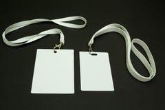 Dos tarjetas en blanco de la identificaci?n en un fondo negro Espacio para el texto Primer fotos de archivo