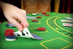 Dos tarjetas en Tejas los sostienen juego de póker Imágenes de archivo libres de regalías