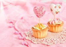 Dos tartlets con crema y tarjetas del día de San Valentín Fotografía de archivo