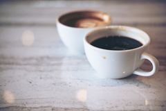 Dos tazas blancas de café caliente del latte Imagen de archivo