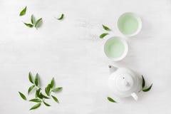 Dos tazas blancas de té y de tetera, fondo de la visión superior Fotos de archivo