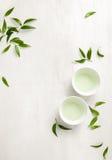 Dos tazas blancas del té, visión desde arriba del fondo Foto de archivo