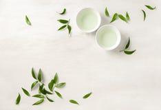 Dos tazas blancas del té, visión desde arriba del fondo Imagen de archivo